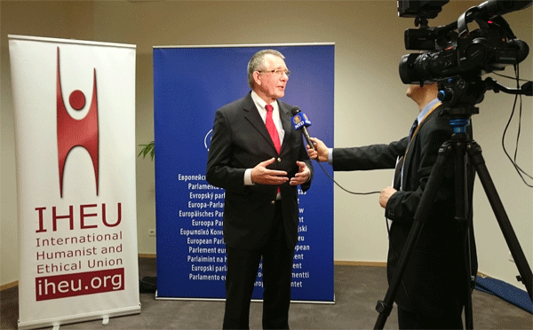 Dennis de Jong speaking to media at the launch event